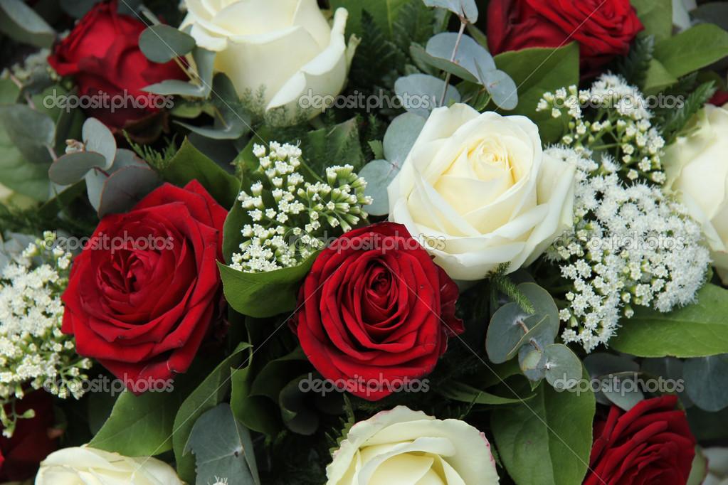 Rote und weiße Rosen in einen Brautstrauss — Stockfoto