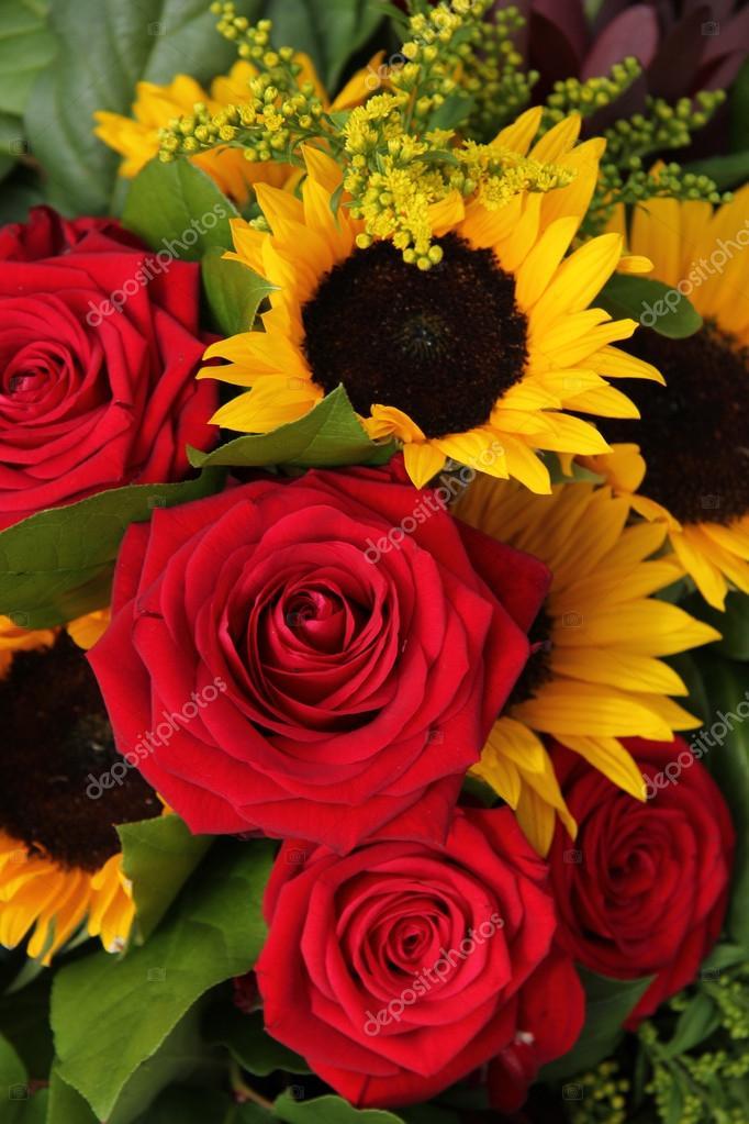 Rosas Rojas Y Girasoles En Un Arreglo Floral Fotos De