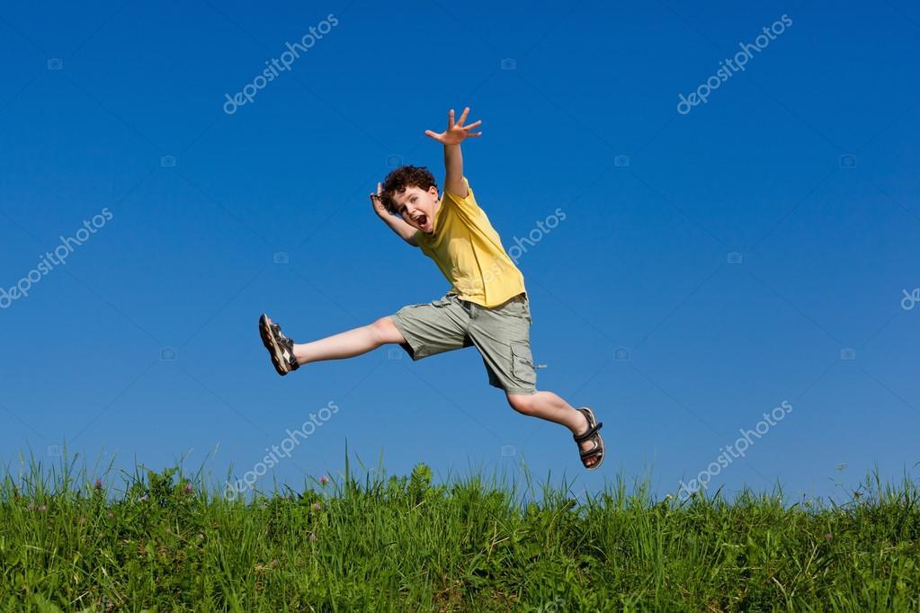 Niño Saltando, Corriendo Contra El Cielo