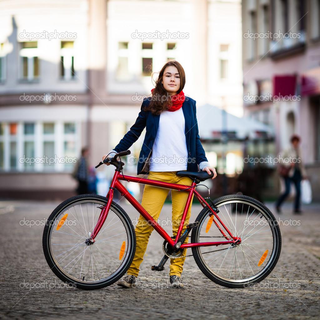 Ciclismo urbano - adolescente con bicicleta en la ciudad — Foto de gbh007 92ce7a453dd