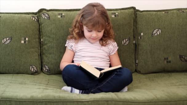 a kislány egy könyvet olvas