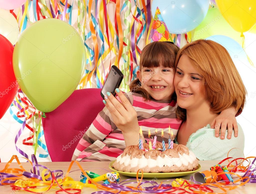 Madre E Hija Toman Fotos En Una Fiesta De Cumpleanos Fotos De