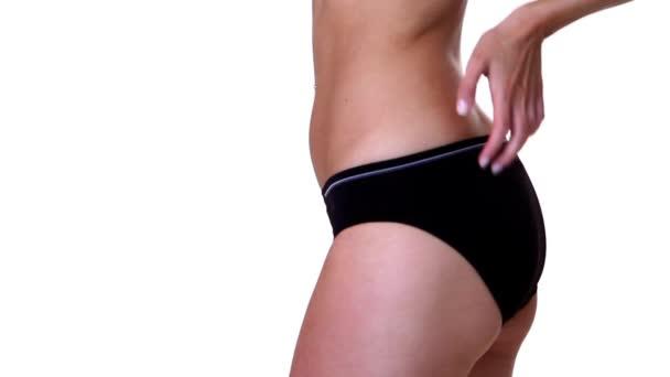část těla fit ženy na bílém pozadí