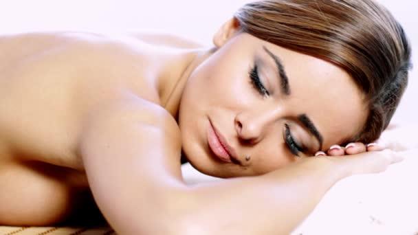 atraktivní brunetka žena dostává lázeňské léčby