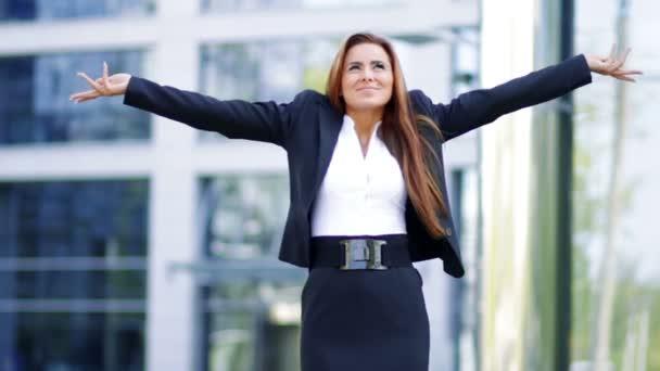 šťastné ženy točí kolem mimo kancelářská budova