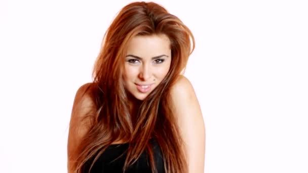portrét krásné mladé ženy s větrem ve vlasech