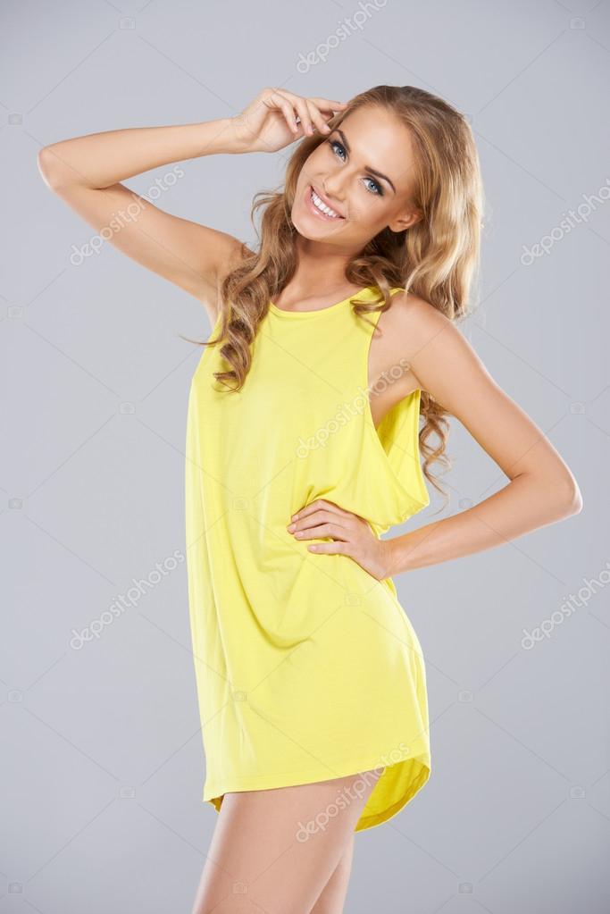 Блондинки в мини платьях на кровати фото