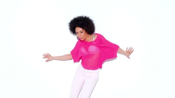 žena v stylový růžový top, tanec