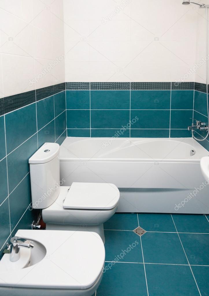 colpo verticale della vasca da bagno di luce in un bagno — Foto ...