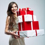 žena držící dárkové krabičky