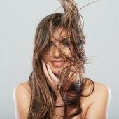 kobieta z włosów ruchu