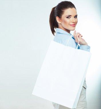 Beyaz alışveriş çantası elinde iş kadını
