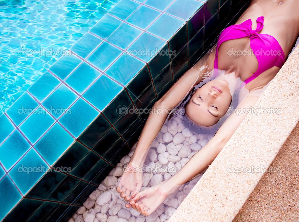 окружает девушка плавает в бассейне в капроновых колготках откажитесь