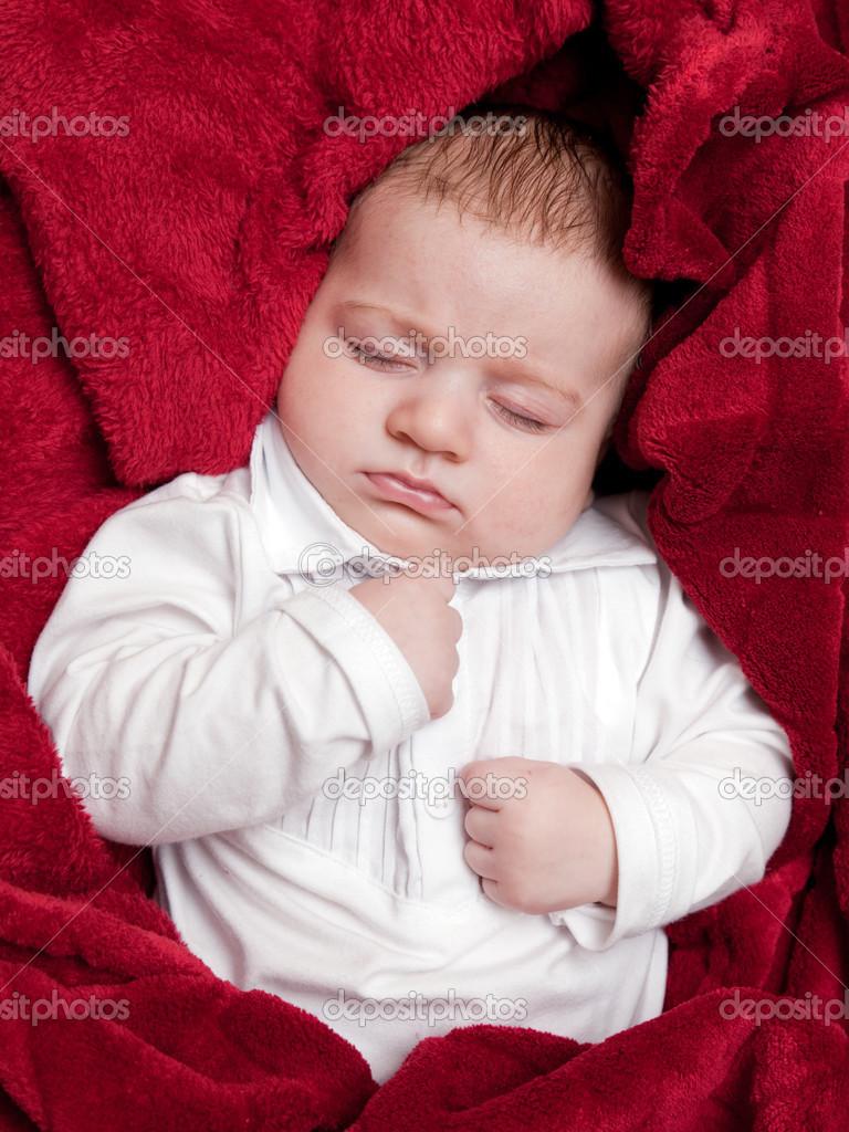 hermoso bebé de 3 meses durmiendo en la cama cubierto con una manta ...