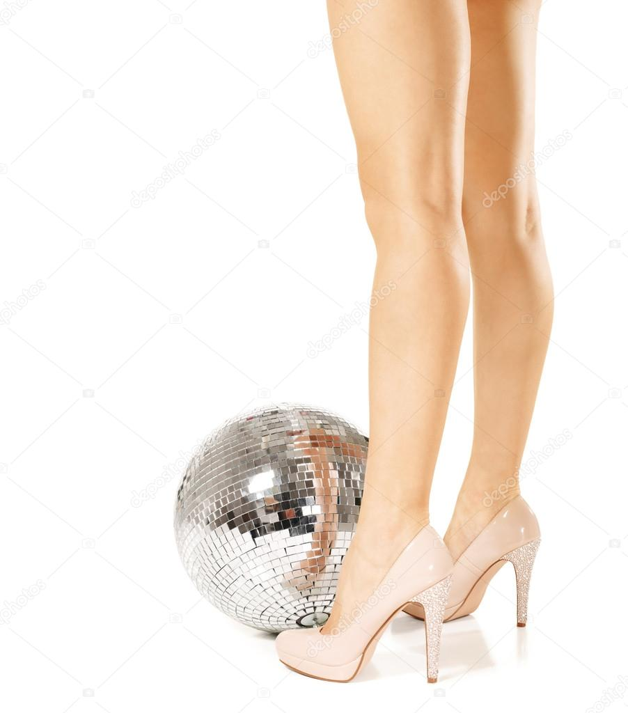 Jambes de femme et boule disco — Photographie mihhailov ...