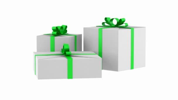 tři bílé dárkové krabičky s zelenou stuhu a luk smyčky otočit na bílém pozadí