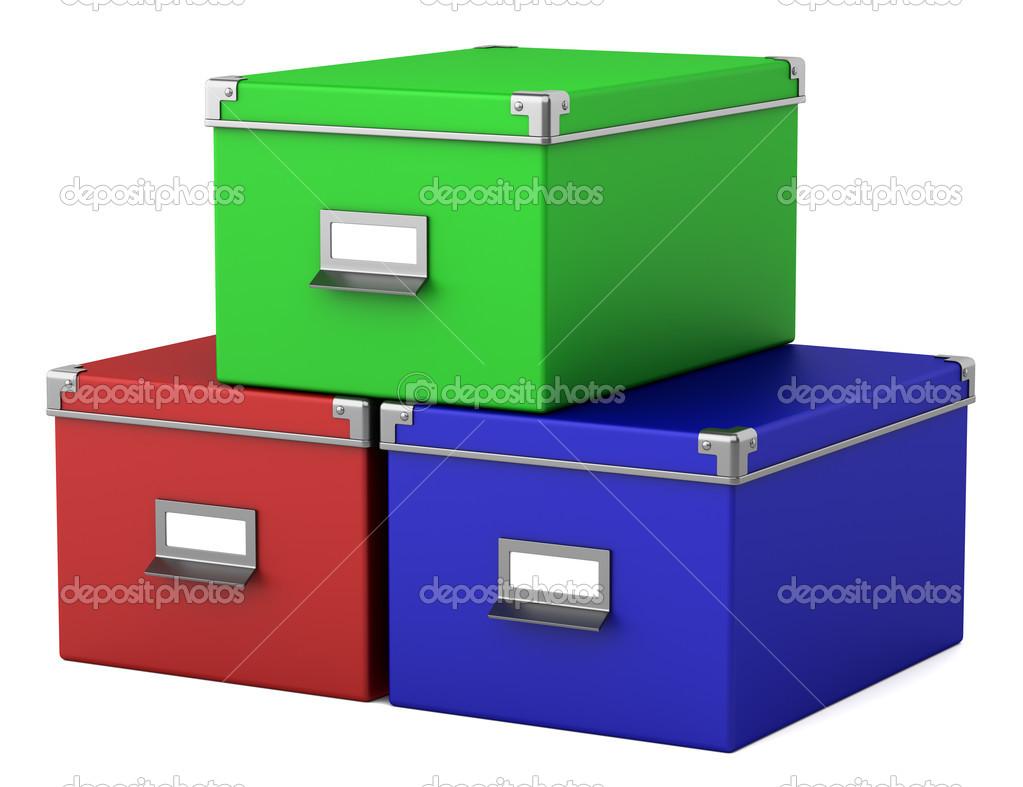 Trois boîtes couleur bureau en carton isolés sur fond blanc
