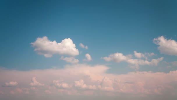 mraky táhnou na modré obloze časová prodleva