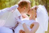 Fotografie šťastné nevěsty a ženicha na svatební den