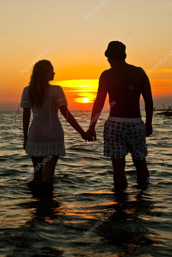 l 39 immagine di due innamorati al tramonto foto stock