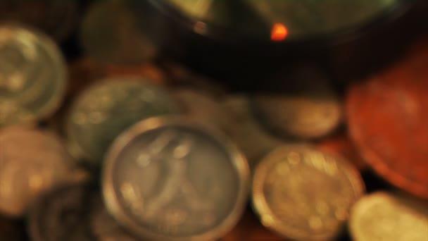 zkoumá staré mince