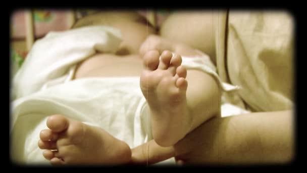novorozené dítě kojení stylizované na kotouči filmu