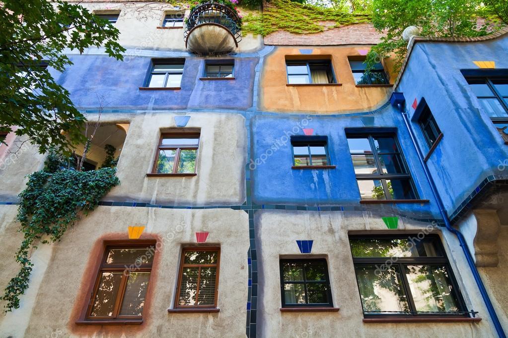 Kleurrijke gevel van het huis van hundertwasser u redactionele