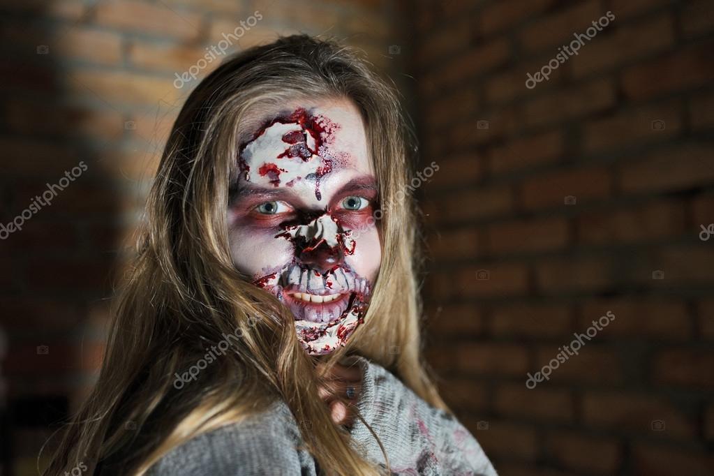 gruselige halloween zombie frau monster mit blut auf gesicht stockfoto baburkina 38511325. Black Bedroom Furniture Sets. Home Design Ideas