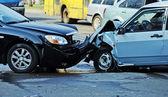 incidente dauto che coinvolge due auto su una strada di città