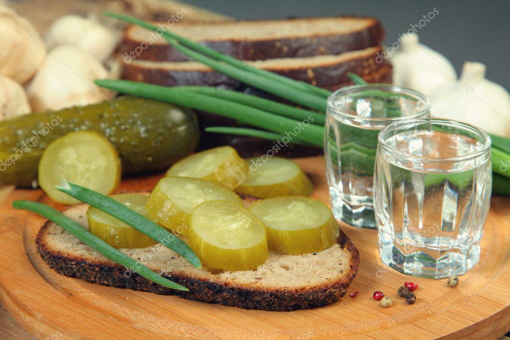 Главная закуска под водку это соленый огурец