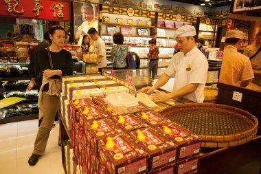 Confectioner manufactures biscuits in candy store in Macau