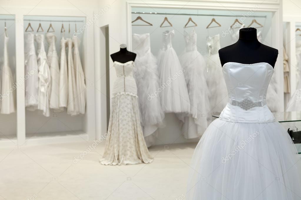 Colección De Vestidos De Novia En La Tienda Foto De Stock