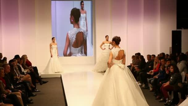 módní modely svatebních šatů