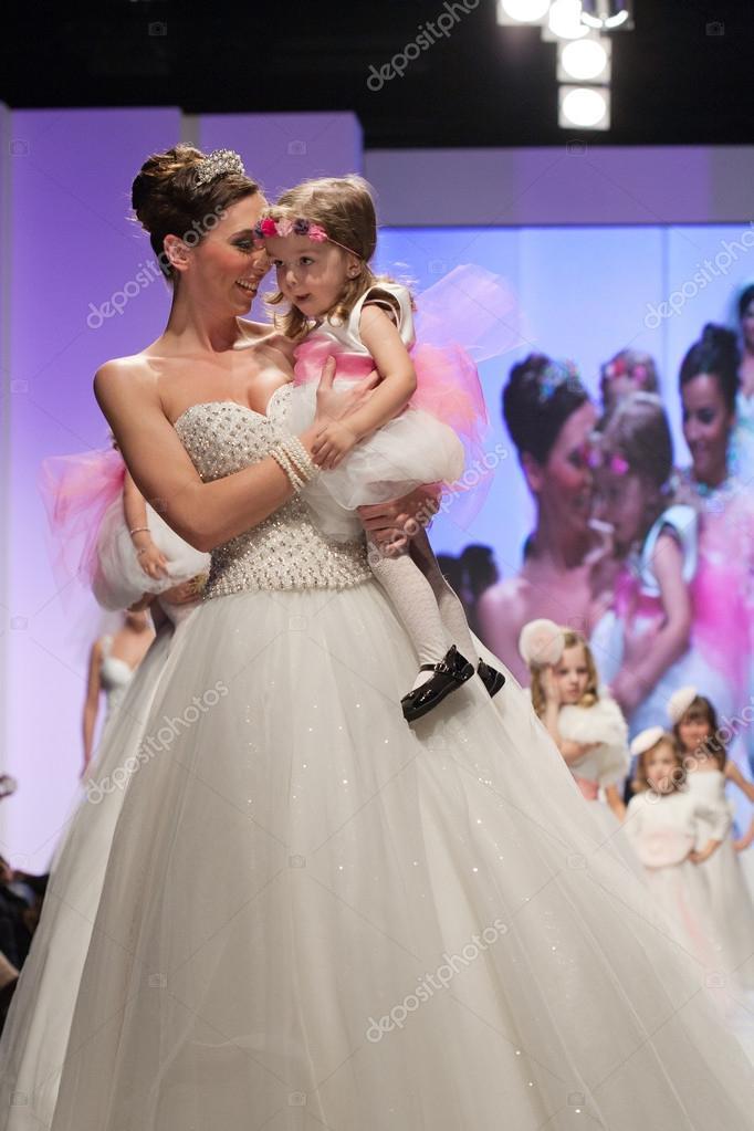 84d15755c1 Divat modell esküvői ruha gyermekek modell öltözött kis koszorúslány–  Editorial Stock Fényképészet