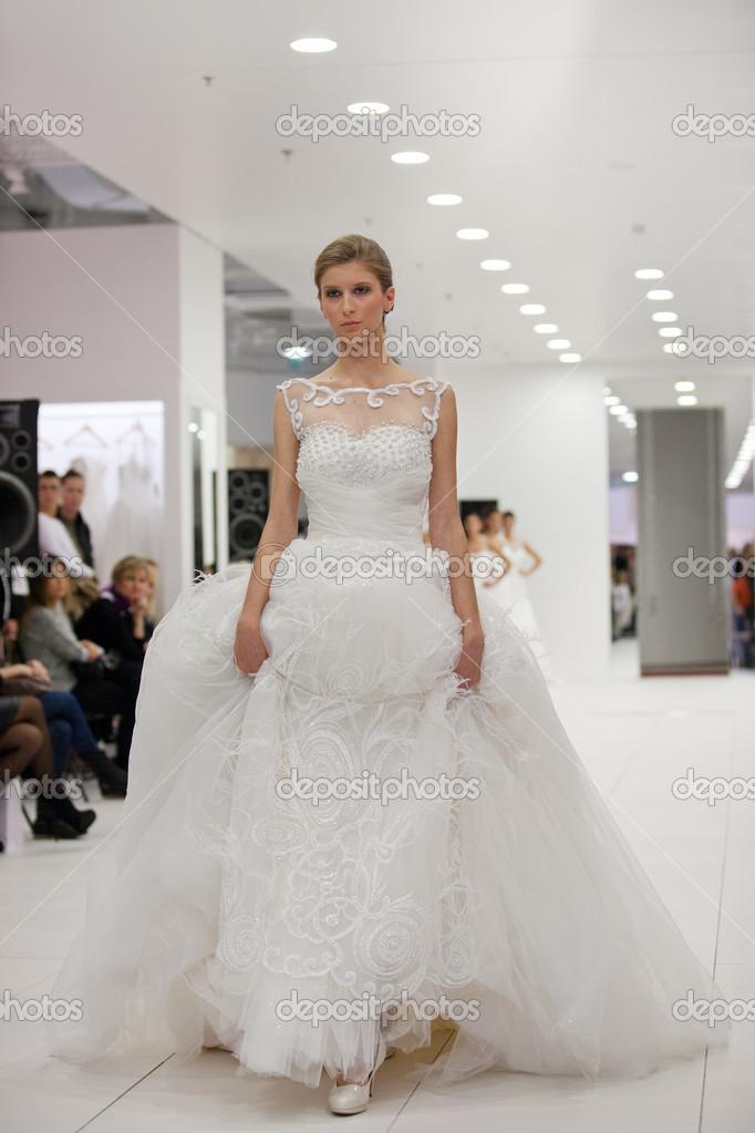 Modella di abiti da sposa