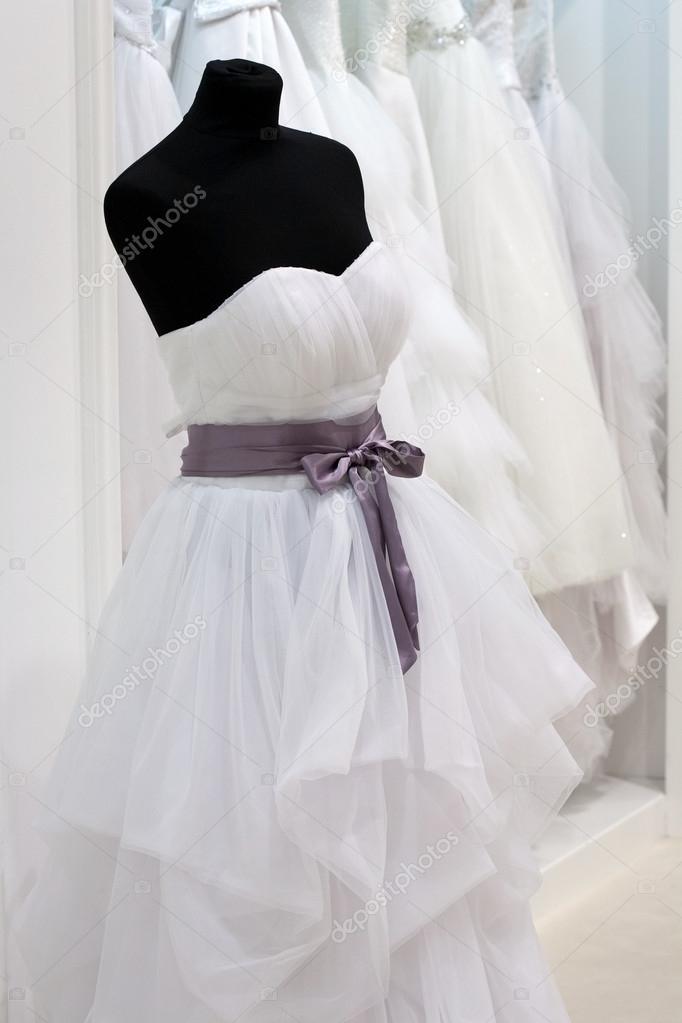 vestido de novia en un maniquí en el showroom — foto de stock