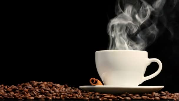 šálek kávy na černém pozadí