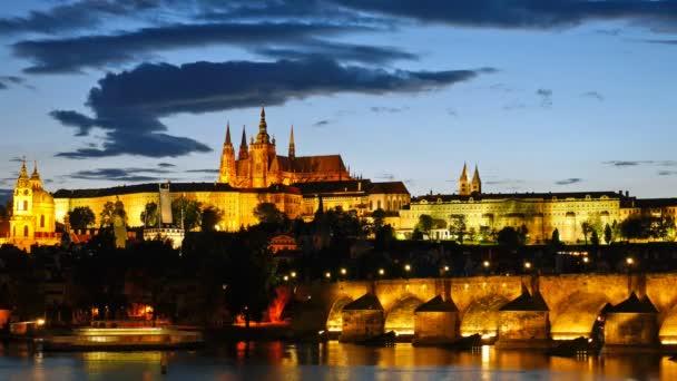 Prager Burg und nach Sonnenuntergang. Tschechische Republik. Timelapse