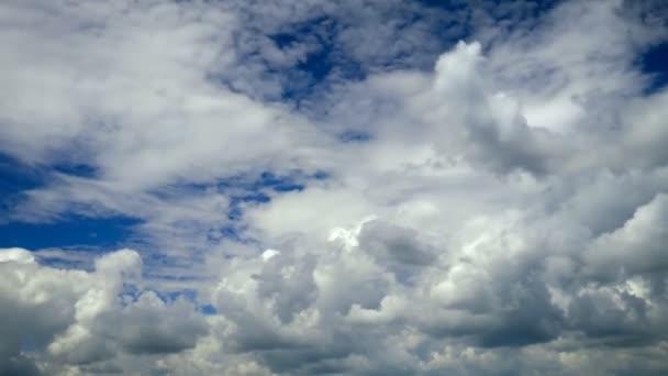fehér felhők fut át kék ég. idő telik el
