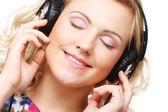 Roztomilá mladá žena se sluchátky