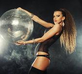 Tänzerin Mädchen im Rauch mit Discokugel