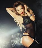 Mode-Shooting der jungen sexy Striptease-Tänzerin