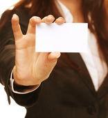 Frau hält eine Visitenkarte und Lächeln