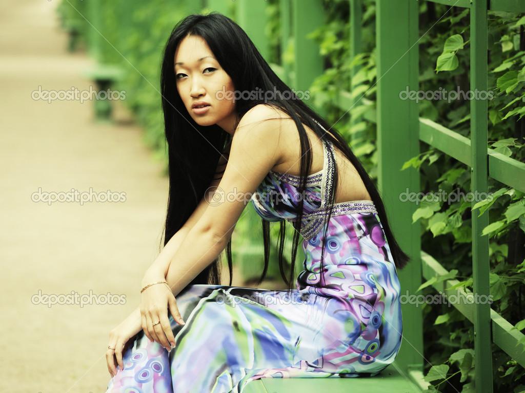 asiatique femme assise sur le banc de parc photographie juice team 44522717. Black Bedroom Furniture Sets. Home Design Ideas