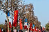 Vlajky na champs Elysées v Paříži