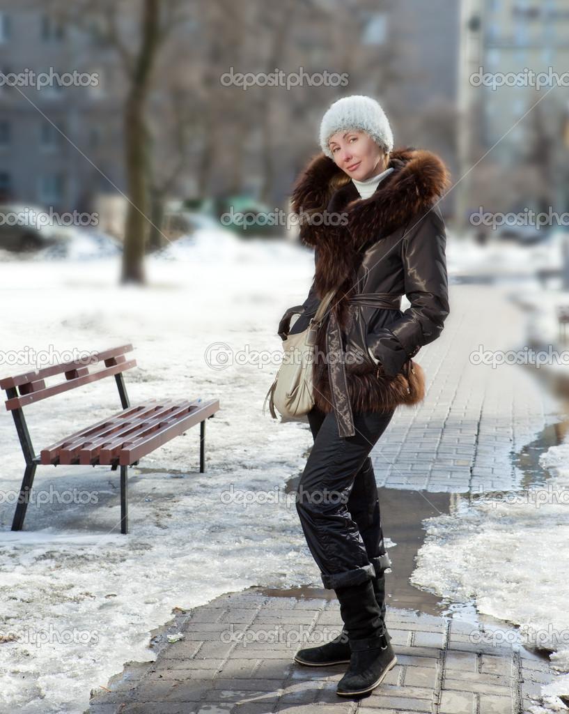a fiatal nő egy az utcán a tél szőrme galléros kabát — Stock Fotó ... 85fb2e620e