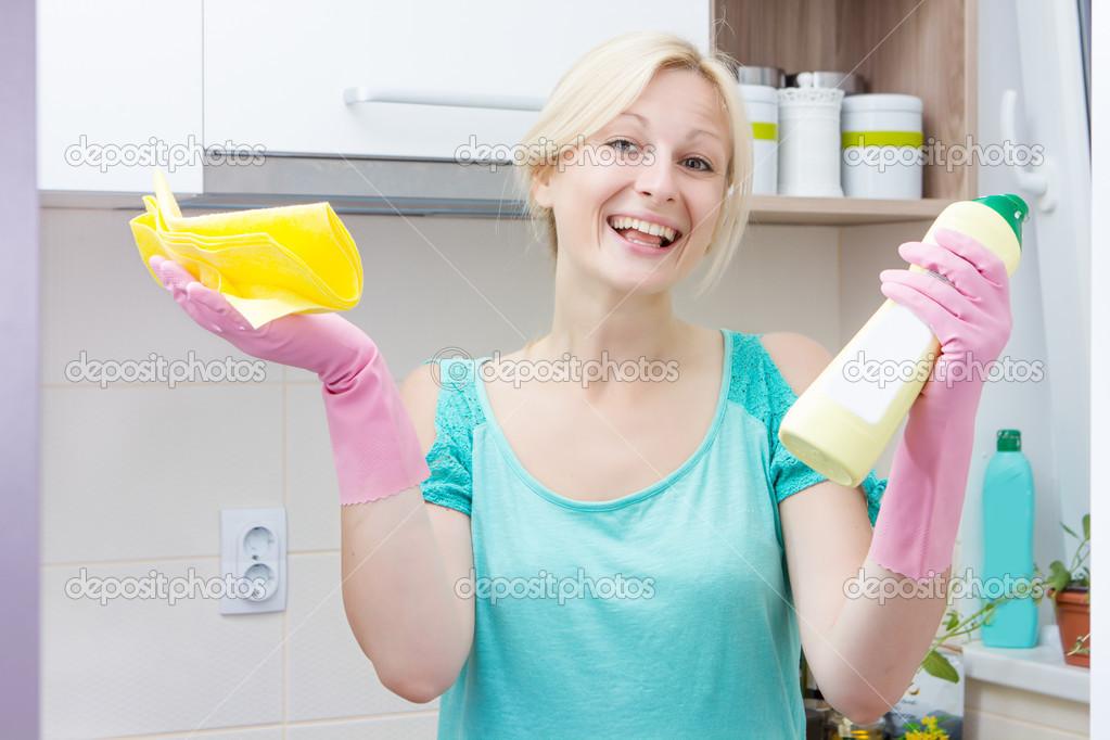 Glückliche Hausfrau Putzen in der Küche — Stockfoto