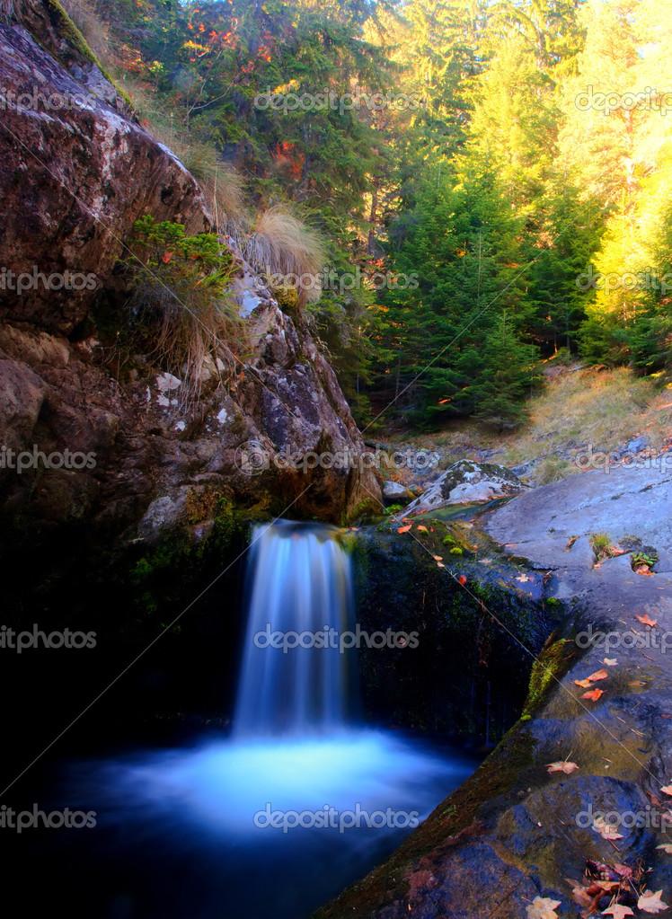 cascada vertical foto de stock sliper84 35186865