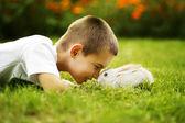 Fotografie kleiner Junge mit Kaninchen