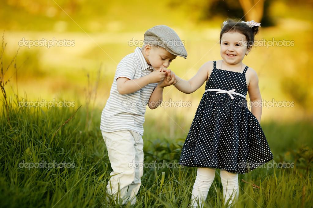мальчик и девочка фото целуются